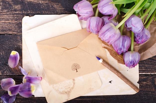 バイオレットチューリップとヴィンテージ紙、鉛筆