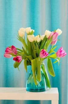 美しいピンクとティファニーの花瓶のチューリップの花束。