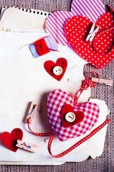 ミシンセット:織物、糸、ピン、ボタン、テープ、そして黄麻布の手作りの心、荒布。トーン
