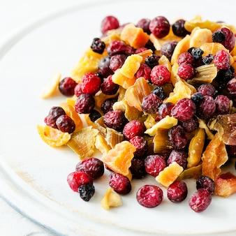 石の上のドライフルーツのミックス。クランベリー、ルバーブ、アップル、マンゴー、チェリー、ピーチ、アンズ。手作りのお菓子は砂糖なし。