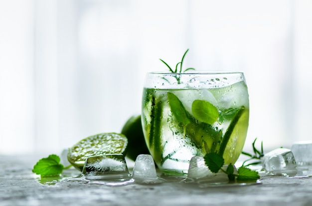 きゅうり、ローズマリーと氷の自家製ライムレモネード。暑い夏の日の冷たい飲み物。