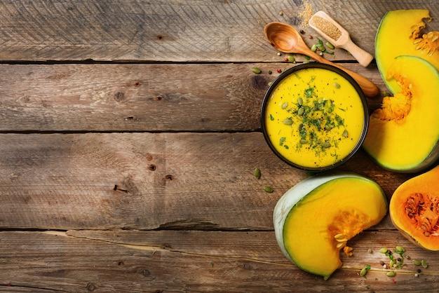 野菜とレンズ豆のクリーミーなスープ、カボチャ、種子、パセリの素朴な木製