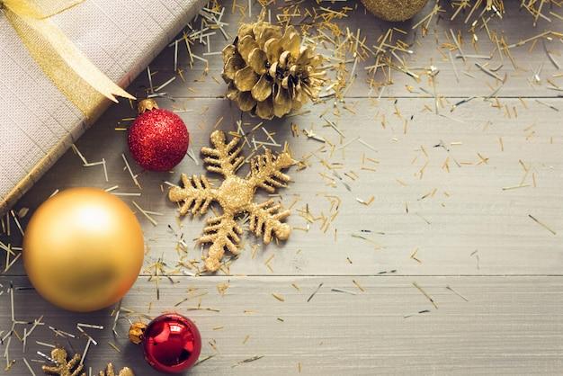 輝くクリスマスの装飾品が床に散らばっている