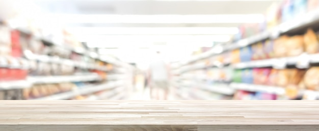背景、パノラマのバナーでぼかしスーパーマーケットと木のテーブルトップ