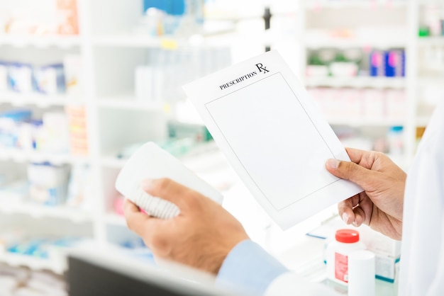 薬剤師が薬局で薬をチェック処方を保持