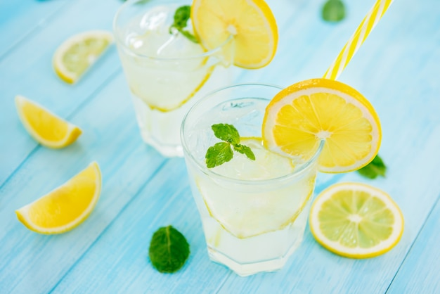 夏にはさわやかなドリンク、フレッシュレモンスライスした冷たいレモネードジュース