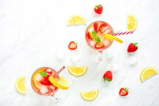 Красочные освежающие клубничные лимонадные соки для лета