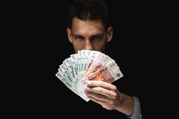 お金を示す謎の男
