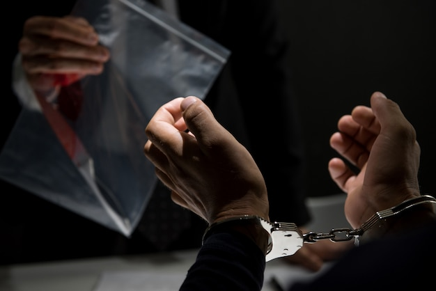 犯罪捜査で証拠を示す警察