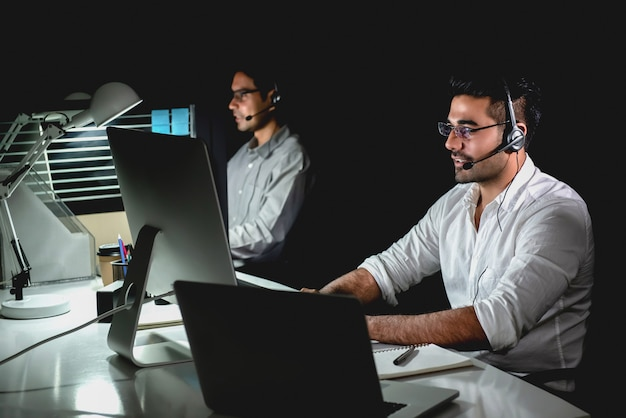 コールセンターで夜勤をしているアジアの技術サポートチーム