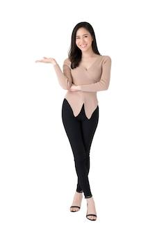 Красивая уверенно азиатская женщина стоя с жестом открытой ладони