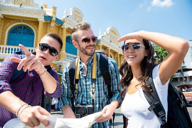 タイのバンコクで旅行中の方向を探している観光客の友人のグループ