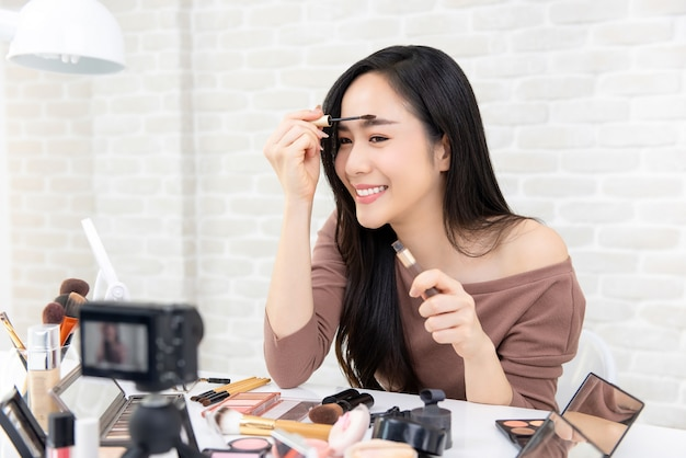 アジアの女性の美しさのブロガー化粧品の化粧チュートリアルビデオ