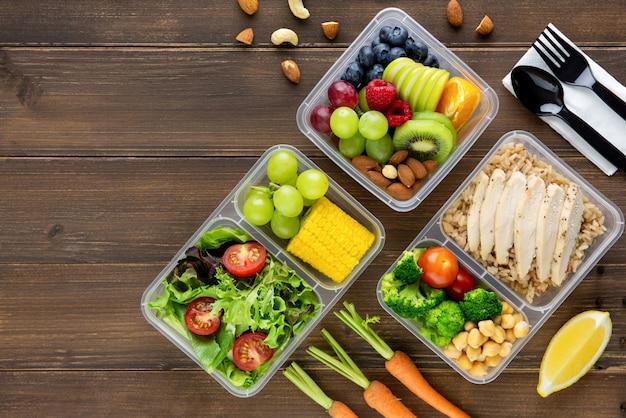 清潔で健康的な低脂肪の食事ボックスで食べ物を食べる準備ができて