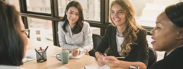 オフィスの会議室で多様な実業家リーダー