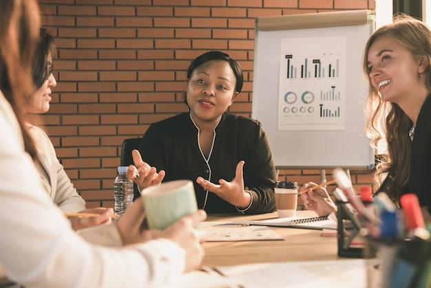 会議室で多様な女性リーダー