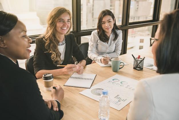 Разнообразные лидеры бизнес-леди в конференц-зале офиса