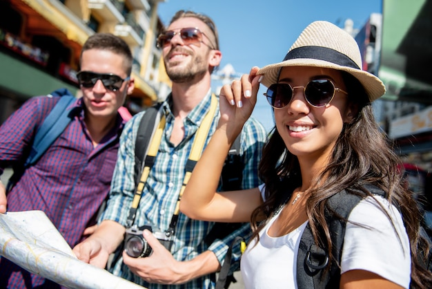 休日にタイのバンコクで旅行する観光バックパッカーの友人のグループ