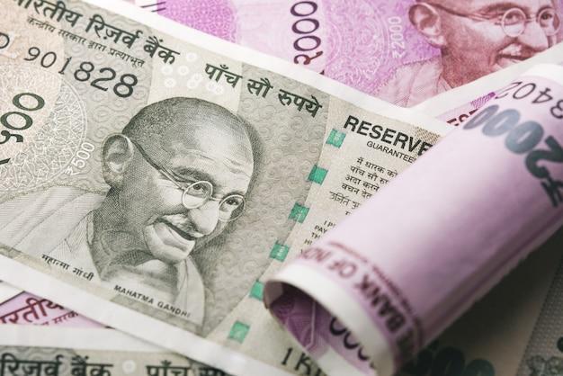 一緒に集まった新しいインドルピー紙幣の山