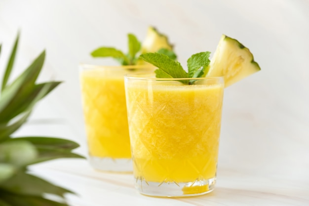 Освежающие полезные фруктовые коктейли из ананаса