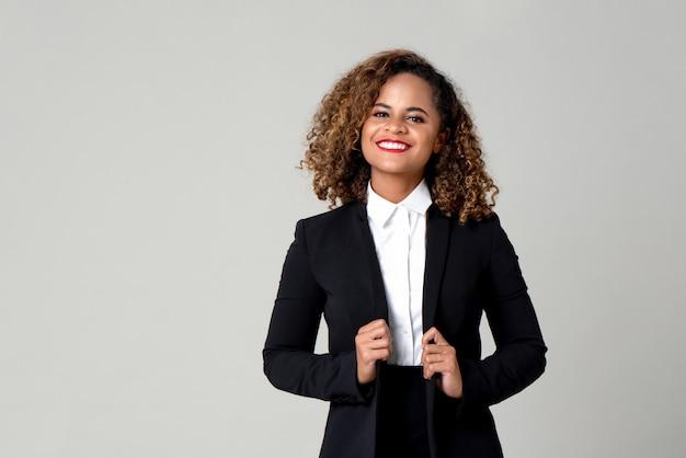 フォーマルなビジネス装いで幸せな笑顔のアフリカ系アメリカ人女性