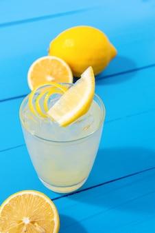 ガラスの自家製レモネードジュースを飲む