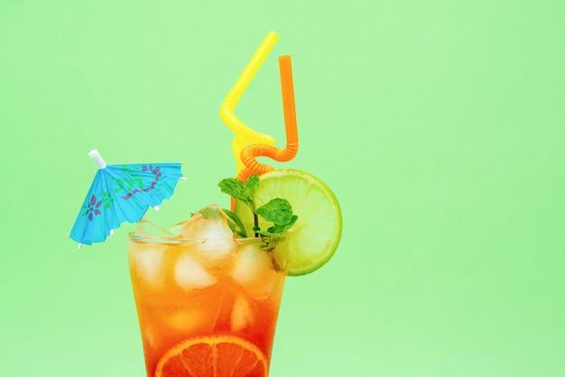 ガラスのカラフルなアルコールカクテルを飲む
