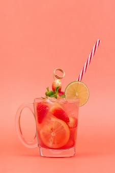 冷たい甘酸っぱいイチゴレモネードジュース