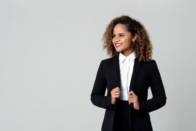 フォーマルな服装で幸せな女性実業家