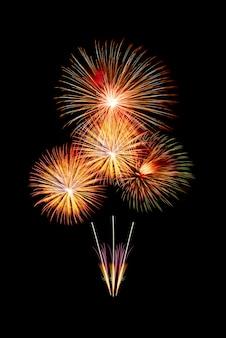 美しいカラフルな輝く花火のグループ