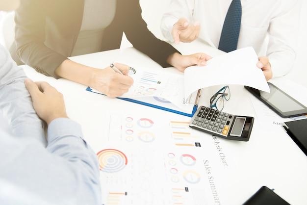 財務書類を議論するビジネス人々
