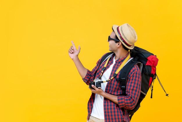彼の旅行で楽しんでいるアジアのバックパッカー