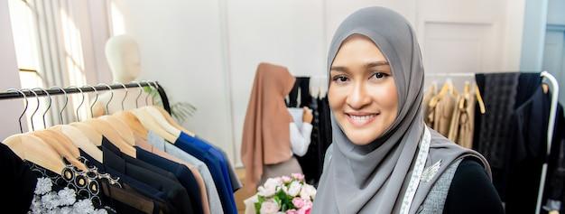 テーラーショップでイスラム教徒の女性ファッションデザイナー