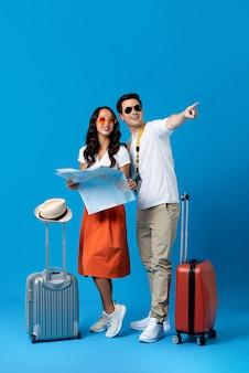 手荷物と観光客のカップル
