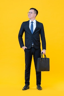 Уверенный в себе азиатский мужчина в деловом костюме