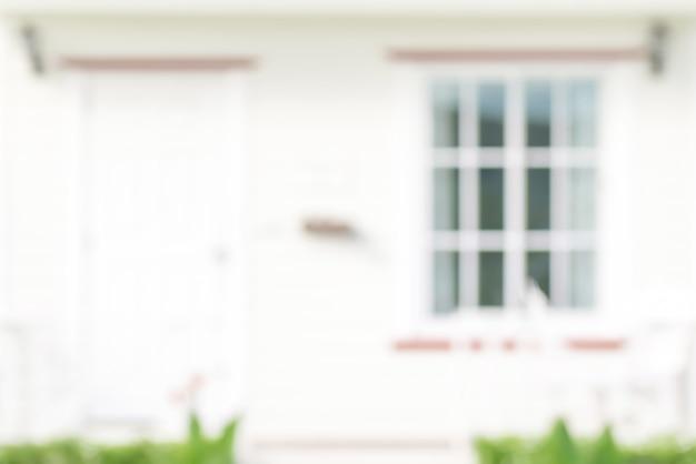 ドアと窓、背景の白い家のぼやけ正面