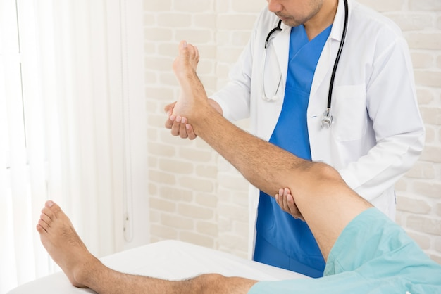足の骨折患者に治療を与える医師