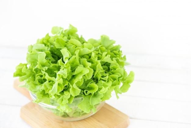 ガラスのボウルに新鮮な有機健康グリーンオークレタス野菜
