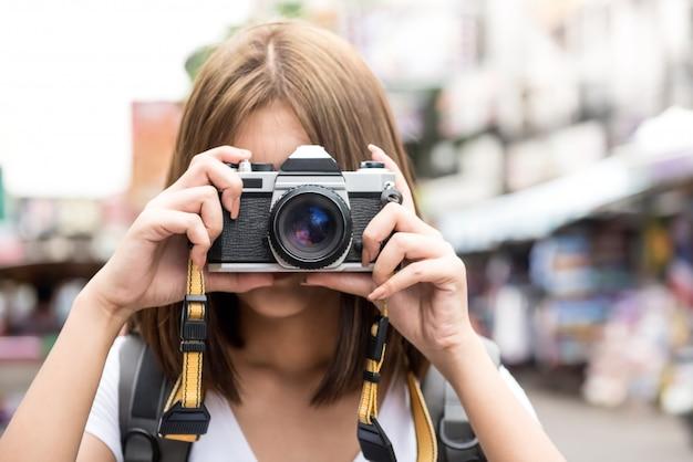 カオサン通り、バンコク、タイで写真を撮る旅行アジア女性観光バックパッカー