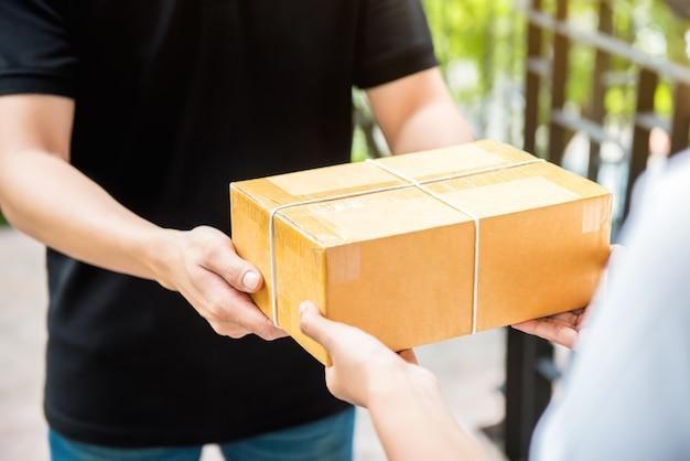 Доставка человек в черной форме доставки посылки получателю
