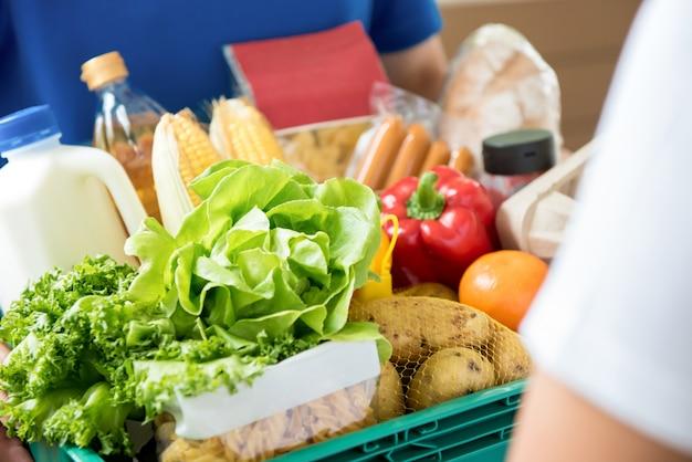 自宅の顧客に食べ物を配達する配達人