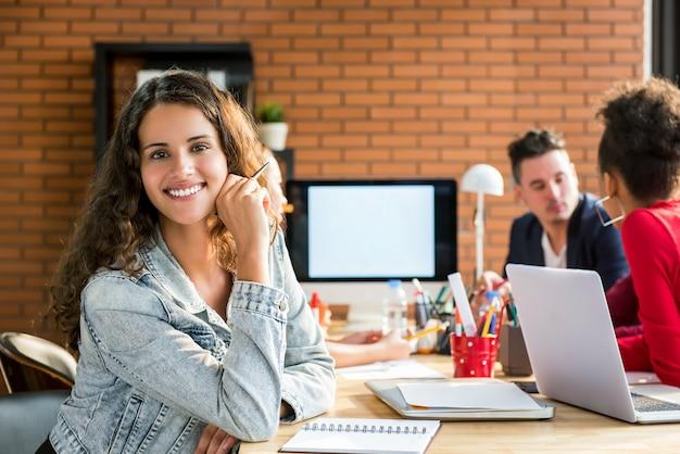 インテリアデザイン会社の会議室でのカジュアルなビジネス女性