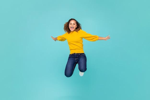 陽気なアフリカ系アメリカ人女性のジャンプ