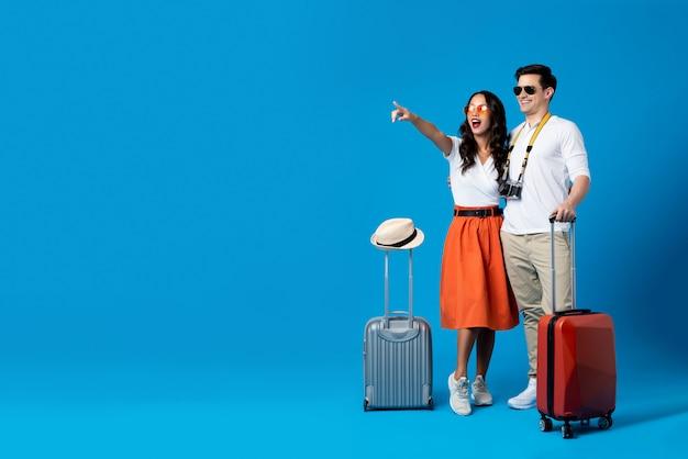Туристическая пара наслаждается летними каникулами