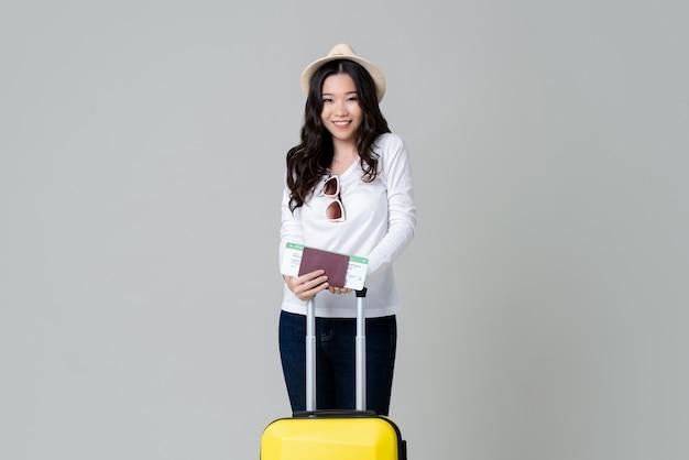 Азиатская женщина турист с багажом паспорт и посадочный талон