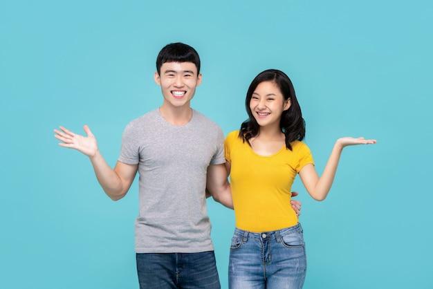 Азиатская китайская пара, улыбаясь с открытыми руками жест
