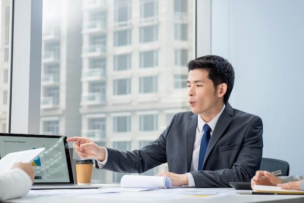 会議でプロジェクトを議論するアジア系のビジネスマン