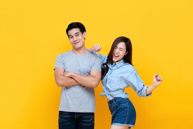 Симпатичная молодая улыбающаяся азиатская пара в повседневной одежде