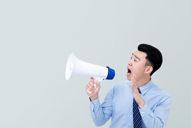 メガホンで叫んでビジネス属性のアジア人