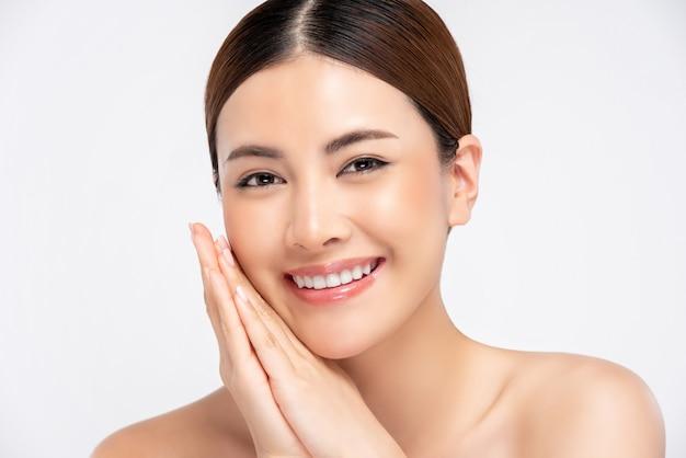 Усмехаясь изолированная женщина сияющей кожи азиатская, для концепции красоты